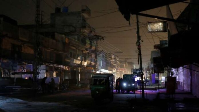 Massive blackout due to a fault in the power distribution system in Pakistan